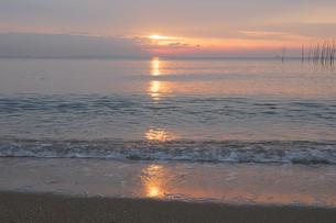 波打ち際にうつる朝日の写真素材 [FYI04560981]