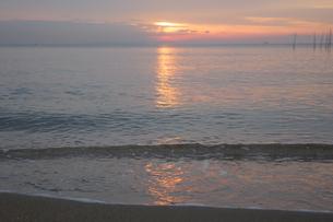 波打ち際にうつる朝日の写真素材 [FYI04560985]