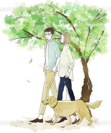 犬の散歩をする夫婦・カップル-新緑のイラスト素材 [FYI04561073]