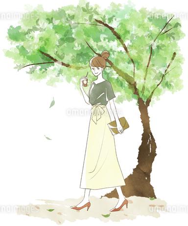 笑顔で歩く女性-新緑のイラスト素材 [FYI04561080]