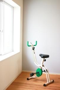 お家でトレーニングの写真素材 [FYI04561087]
