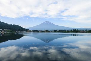 山梨県 初夏の河口湖より富士山の写真素材 [FYI04561171]