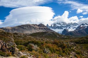 パタゴニアの名峰フィッツロイと雲の写真素材 [FYI04561431]