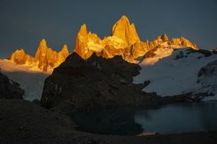 パタゴニアの名峰フィッツロイの朝日の写真素材 [FYI04561444]