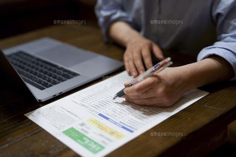 レポートを書く女性の写真素材 [FYI04561834]