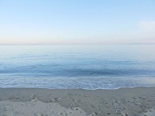 足跡のついた砂浜と水平線とグラデーションのついた空の写真素材 [FYI04561940]