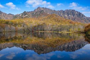 戸隠鏡池に映り込む秋の戸隠連山の写真素材 [FYI04561967]