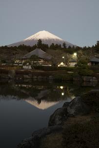 大石寺より望む日本庭園の池に映り込む夜の富士山の写真素材 [FYI04561974]