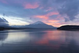 山中湖より望む夕焼け空と富士山の写真素材 [FYI04561976]