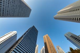 下から見上げる新宿の超高層ビル群の写真素材 [FYI04561978]