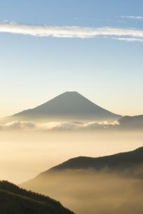 櫛形山より望む早朝の雲海越しの富士山の写真素材 [FYI04561979]