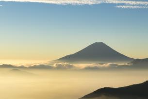 櫛形山より望む雲海越しの朝の富士山の写真素材 [FYI04561980]