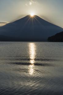 山中湖より望むダイヤモンド富士の写真素材 [FYI04561981]
