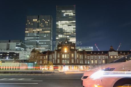 東京駅丸の内駅舎前に停車するタクシーの写真素材 [FYI04561983]
