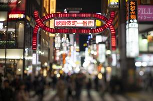 チルト撮影した新宿歌舞伎町の入り口の写真素材 [FYI04561984]