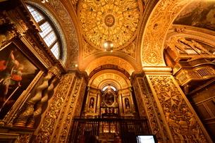 思うに<世界一豪華絢爛な聖堂> 聖ヨハネ准司教座聖堂(バレッタ<マルタ島>)の写真素材 [FYI04562069]