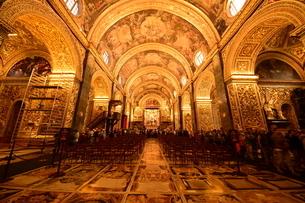 思うに<世界一豪華絢爛な聖堂> 聖ヨハネ准司教座聖堂(バレッタ<マルタ島>)の写真素材 [FYI04562071]