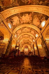 思うに<世界一豪華絢爛な聖堂> 聖ヨハネ准司教座聖堂(バレッタ<マルタ島>)の写真素材 [FYI04562138]