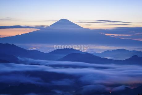 静岡県 雲海に浮かぶ夜明けの富士山の写真素材 [FYI04562142]