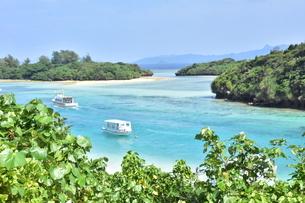 本当に息をのむほどの透明度・マリンブルー 川平湾(石垣島<沖縄>)の写真素材 [FYI04562206]
