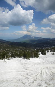 秋田県八幡平から見た岩手山と残雪の写真素材 [FYI04562369]