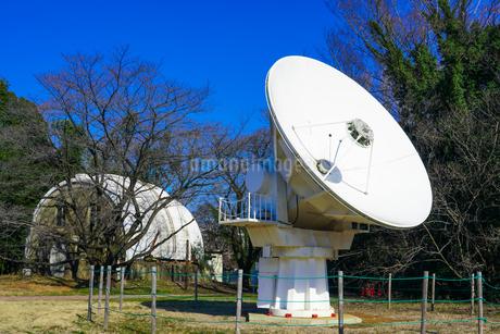電波望遠鏡のパラボラアンテナとゴーチェ子午環 国立天文台(東京都三鷹市)の写真素材 [FYI04562470]