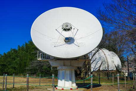 電波望遠鏡のパラボラアンテナとゴーチェ子午環 国立天文台(東京都三鷹市)の写真素材 [FYI04562472]