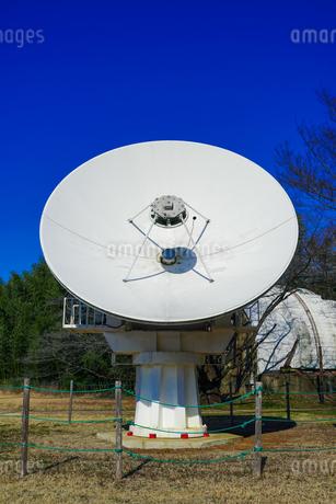 電波望遠鏡のパラボラアンテナとゴーチェ子午環 国立天文台(東京都三鷹市)の写真素材 [FYI04562473]