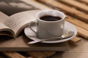 美味しそうなホットコーヒーと本の写真素材 [FYI04562700]