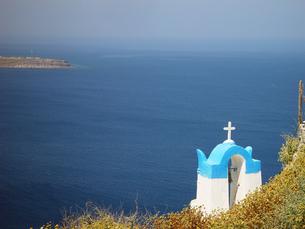 ギリシャ サントリーニ島 紺碧のエーゲ海と白い十字架の写真素材 [FYI04562857]