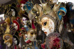 イタリアのカーニバルでつけるマスクを売る土産屋の写真素材 [FYI04562908]