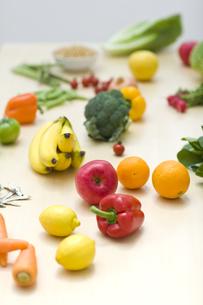 テーブルの上に置かれた野菜や果物の写真素材 [FYI04562912]