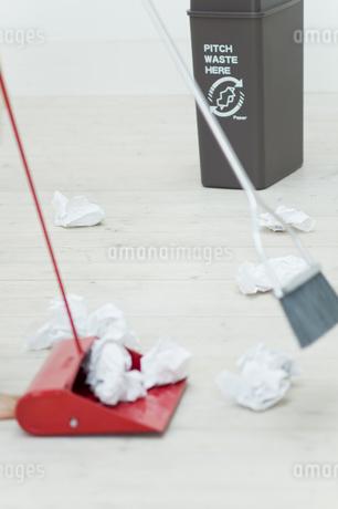 ホウキでチリトリにゴミを集めるイメージの写真素材 [FYI04562914]