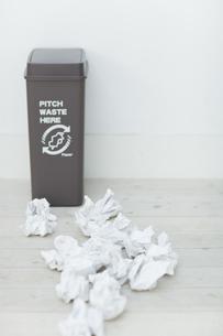 可燃ゴミとゴミ箱の写真素材 [FYI04562915]