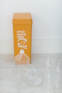 ペットボトルとゴミ箱の写真素材 [FYI04562916]