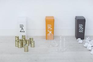 分別されたカン・ペットボトル・可燃ゴミとゴミ箱の写真素材 [FYI04562918]