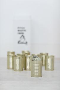 空き缶とゴミ箱の写真素材 [FYI04562919]