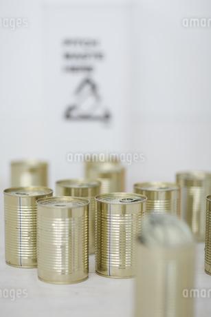 空き缶とゴミ箱の写真素材 [FYI04562920]
