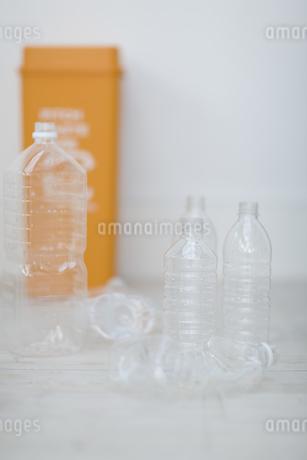 ペットボトルとゴミ箱の写真素材 [FYI04562921]