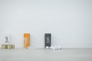 分別されたカン・ペットボトル・可燃ゴミとゴミ箱の写真素材 [FYI04562923]