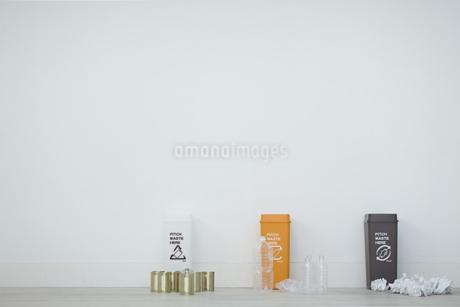 分別されたカン・ペットボトル・可燃ゴミとゴミ箱の写真素材 [FYI04562924]