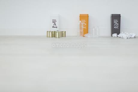 分別されたカン・ペットボトル・可燃ゴミとゴミ箱の写真素材 [FYI04562925]