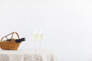テーブルの上のグラスに注がれた白ワインの写真素材 [FYI04562926]