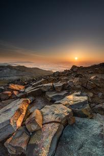 天空の朝陽に照らされての写真素材 [FYI04563002]