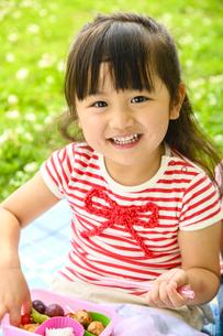 お弁当を食べる女の子の写真素材 [FYI04563061]