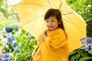 レインコートを着た女の子の写真素材 [FYI04563084]