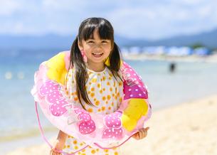浮き輪を持って遊ぶ女の子の写真素材 [FYI04563145]