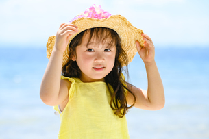 麦わら帽子をかぶった女の子の写真素材 [FYI04563161]