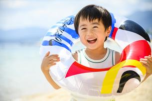 浮き輪を持った男の子の写真素材 [FYI04563199]