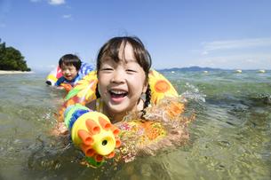 水鉄砲で遊ぶ女の子と男の子の写真素材 [FYI04563235]